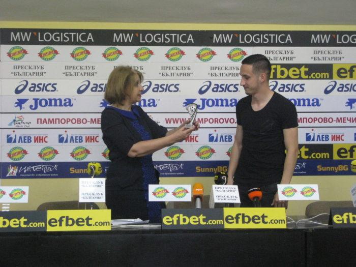 Славистът Емил Стоев от Ботев Вр с наградата за №1 на 30-и кръг