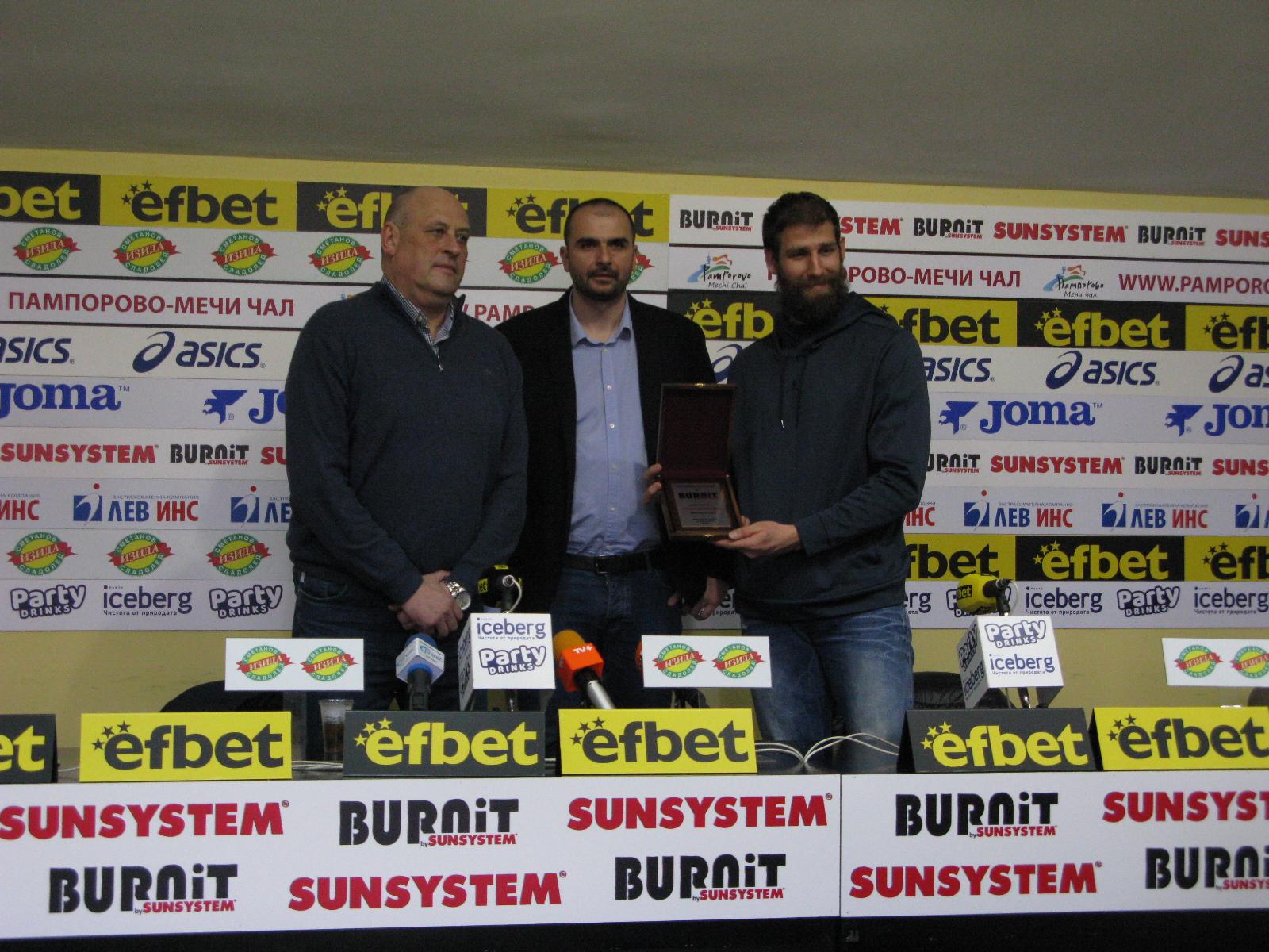 Росен Барчовски и националният отбор по баскетбол с наградите за треньор и отбор №1 на месеца